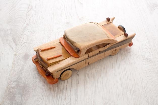 Carro de brinquedo de madeira
