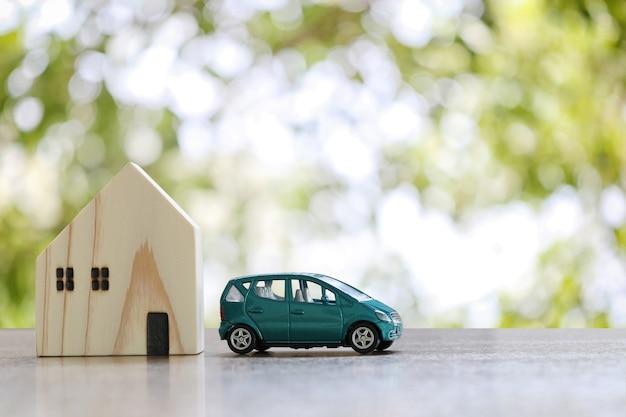 Carro de brinquedo e casa de madeira