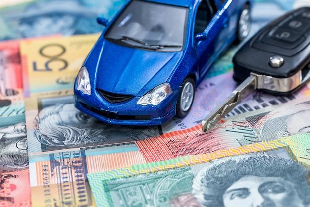 Carro de brinquedo e chaves em notas de dólar australiano