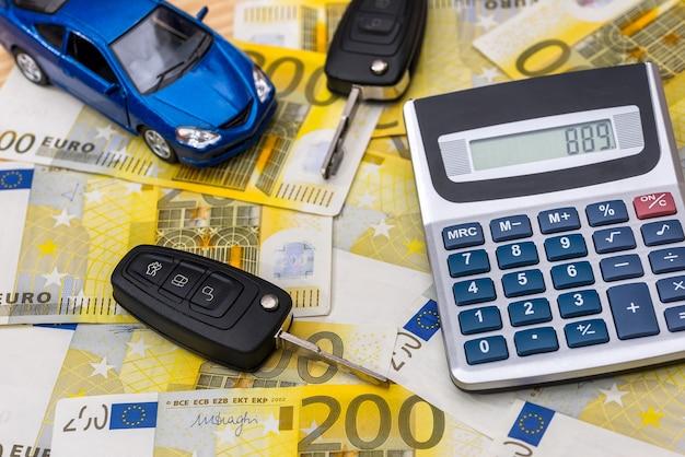 Carro de brinquedo e chaves nas notas de euro