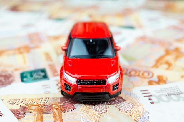 Carro de brinquedo em dinheiro