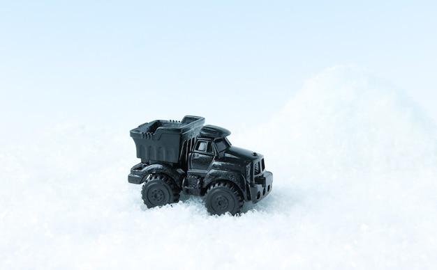 Carro de brinquedo faz remoção de neve