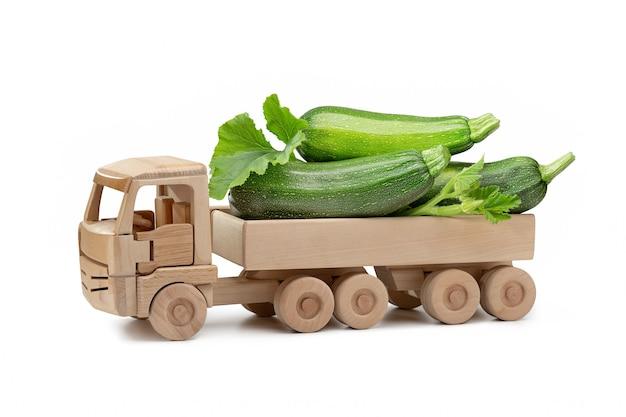 Carro de brinquedo feito de madeira com abobrinha