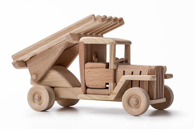 Carro de brinquedo feito de madeira isolado no branco
