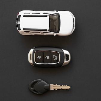 Carro de brinquedo perto de chaves de alarme
