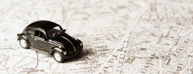 Carro de brinquedo preto de ângulo alto nos mapas