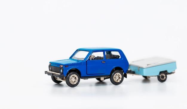 Carro de brinquedo, uma cópia em miniatura de um carro retrô com trailer