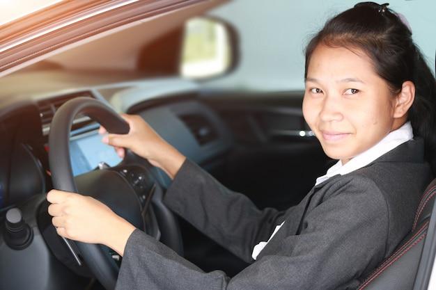Carro de carro de mulher de negócios
