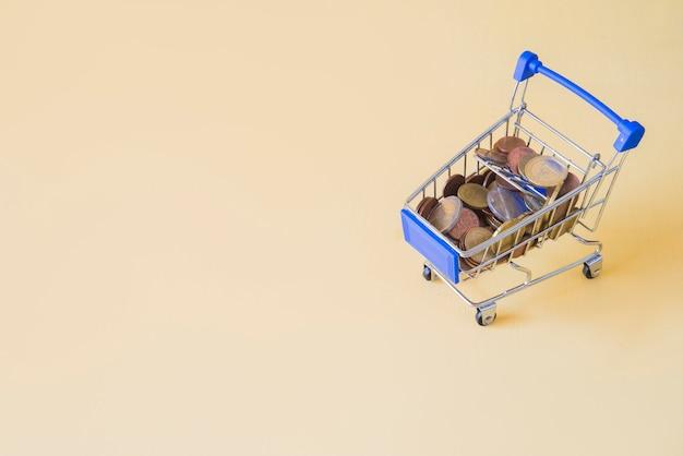 Carro de compras com o conceito de dinheiro