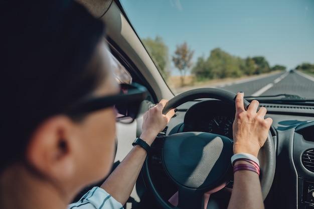 Carro de condução de mulher