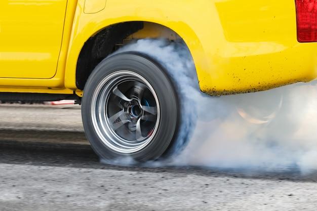 Carro de corrida de arrancada queima borracha dos pneus