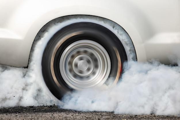 Carro de corrida de arrancada queimar pneu na linha de partida