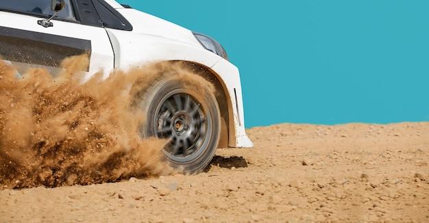 Carro de corrida de rali em pista de terra.