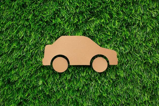 Carro de desenho animado na grama