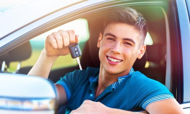 Carro de homem comprando carro caro, venda de varejo de luxo