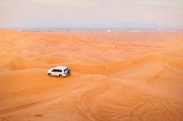 Carro de jipe em safaris no deserto, emirados árabes unidos