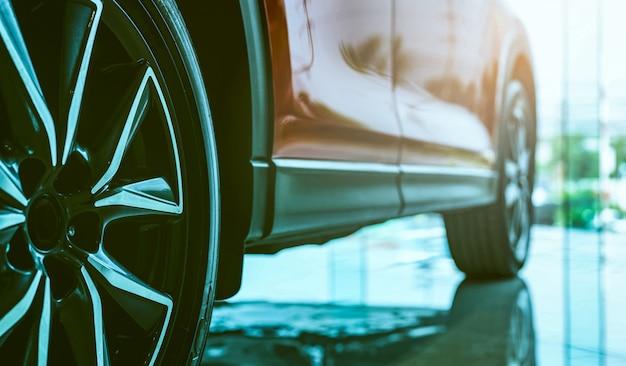Carro de luxo estacionado na moderna sala de exposições. negócio de leasing de automóveis. conceito de concessionária de carros. mostra de carro brilhante na sala de exposições. indústria automobilística.