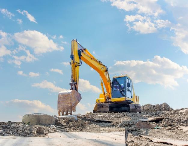Carro de máquina escavadora em um fundo branco. no conceito de site de mineração de argila. com traçado de recorte