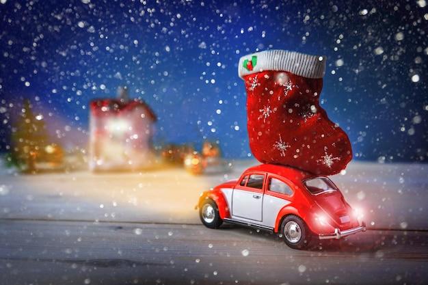 Carro de natal visita a casa com presentes