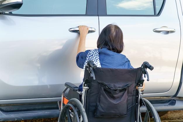 Carro de porta aberta de mulher idosa