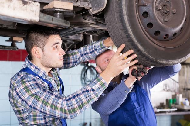 Carro de reparação de mecânica adulta concentrada