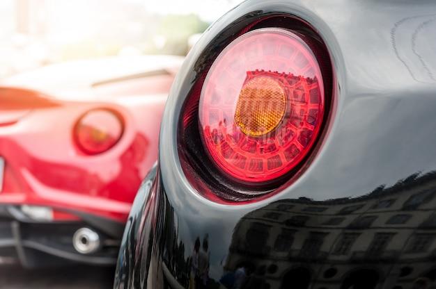 Carro de volta vermelho e preto