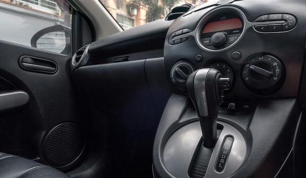 Carro dentro do lugar do motorista. bancos dianteiros com controle de painel.