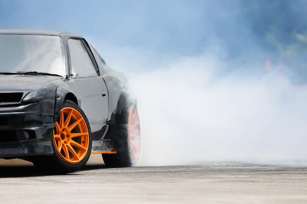 Carro deriva corrida queimando pneus na pista de velocidade