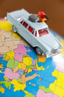 Carro diminuto em um mapa