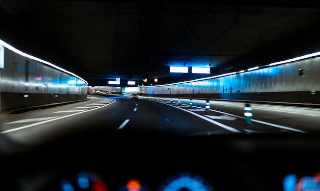 Carro dirigindo através de um túnel