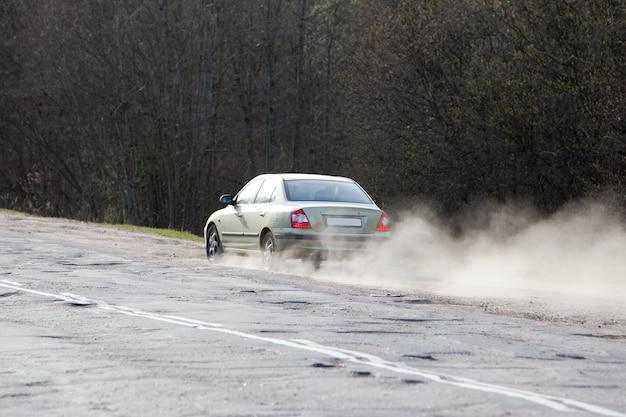 Carro dirigindo na estrada para evitar buracos no asfalto. problema de má qualidade da rodovia e manutenção