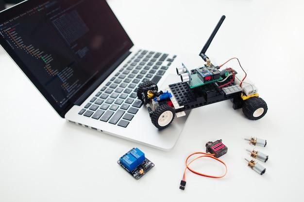Carro diy rc com componentes no laptop.