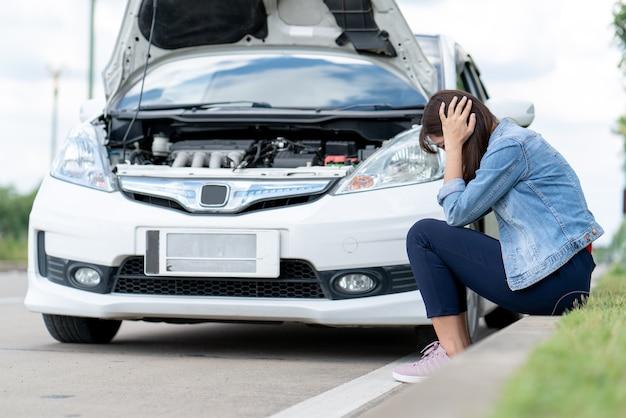 Carro do proprietário salientou à espera de seguro de carro porque motor quebrado