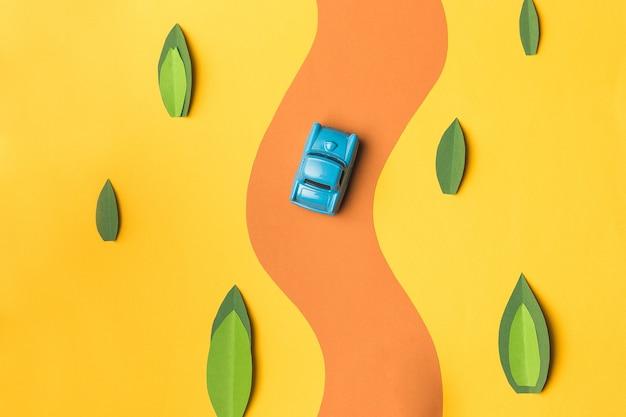 Carro e ônibus em miniatura vintage em cores da moda, conceito de viagens