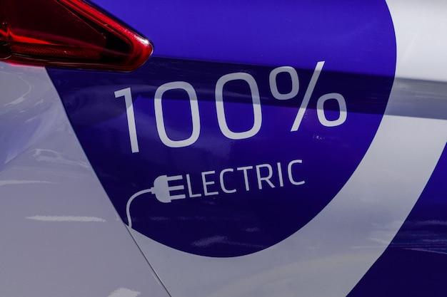 Carro elétrico branco azul, com texto 100% elétrico