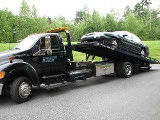 Carro em caminhão de reboque