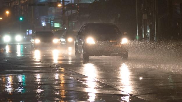 Carro em dia chuvoso