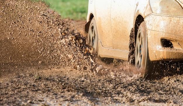 Carro em estrada lamacenta
