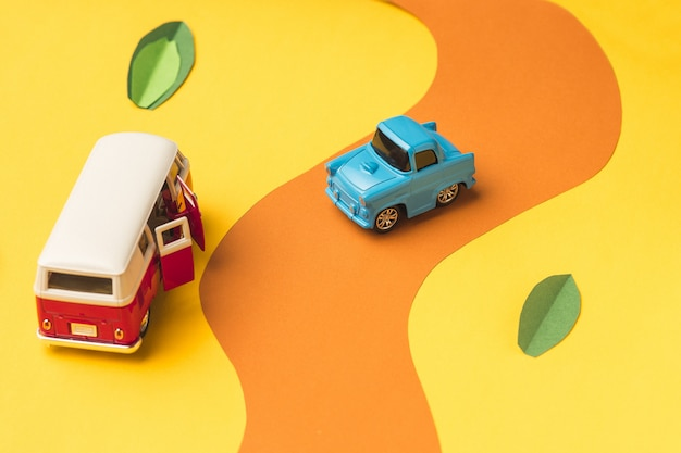 Carro em miniatura vintage e minivan na estrada falsa
