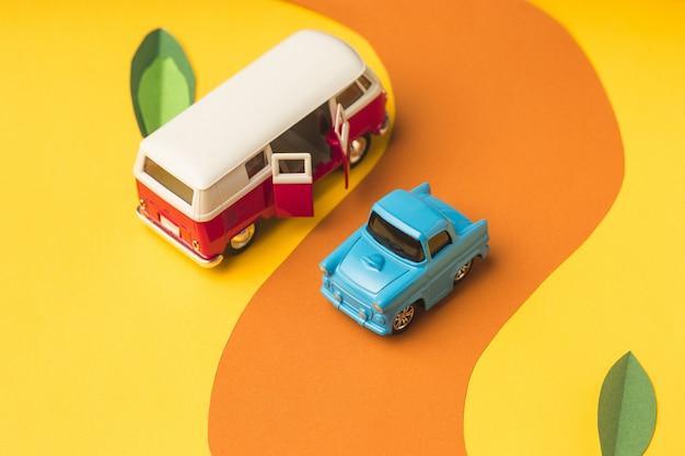 Carro em miniatura vintage e ônibus na cor da moda, conceito de viagens