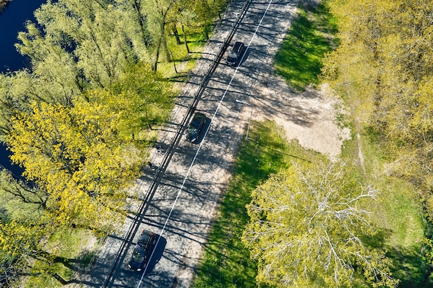 Carro em movimento na estrada perto do rio em cidade europeia vista aérea vista aérea da paisagem de uma pequena cidade