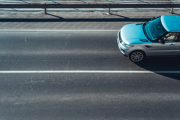 Carro em movimento na faixa de estrada vazia