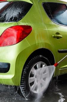 Carro em uma lavagem de carro