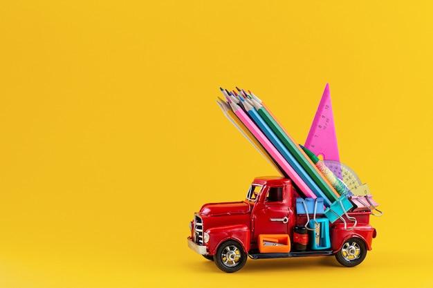 Carro entregando artigos de papelaria escolar em amarelo