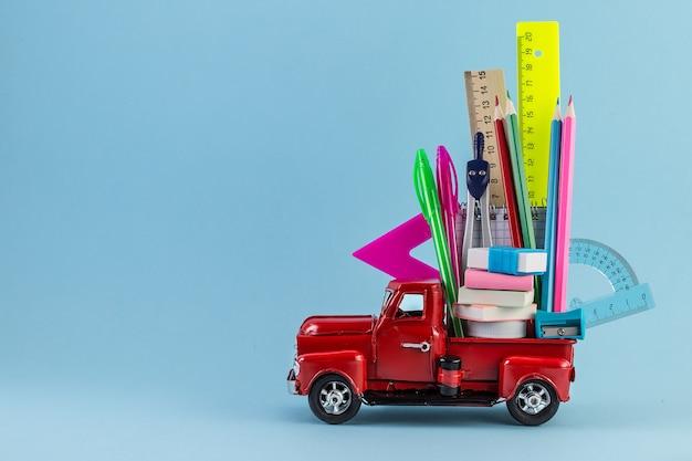 Carro entregando material escolar