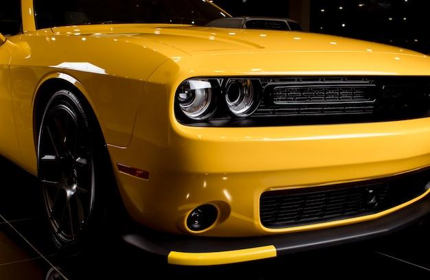 Carro esporte amarelo - estilo americano