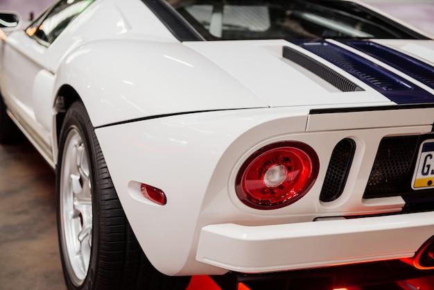 Carro esporte branco com listras azuis