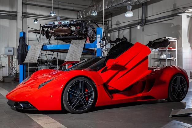 Carro esportivo vermelho em um salão de carro