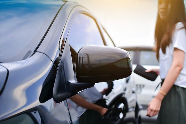 Carro, estacionado, ligado, estrada, carro dirigindo, ligado, estrada