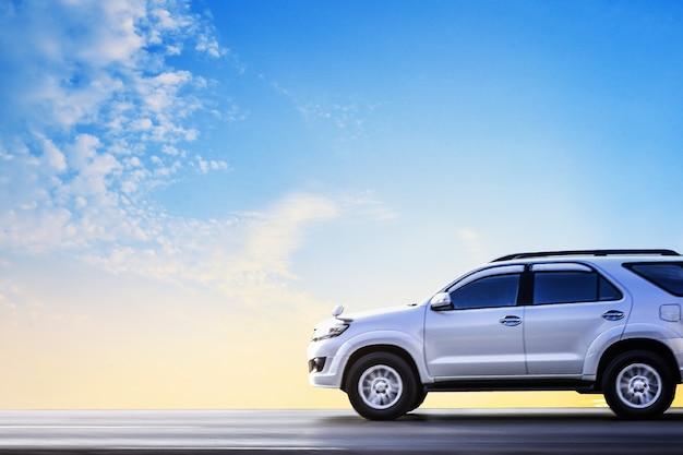Carro estacionado na estrada, carro na rua e dirigindo na estrada rodovia
